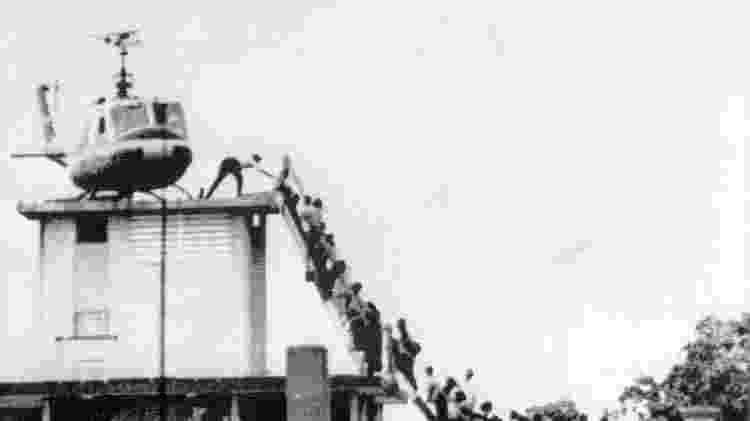Em imagem de 1975, evacuados tentam embarcar em helicóptero americano próximo à embaixada em Saigon - EFE/EFE - EFE/EFE