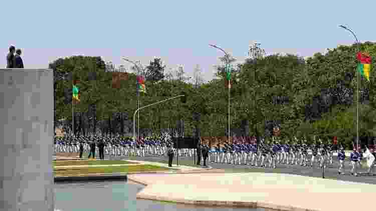 Bandeiras nas cores do Brasil e da Guiné-Bissau foram colocadas em Brasília para a visita do presidente do país africano. No canto esquerdo superior, a imagem mostra os presidentes Jair Bolsonaro e Umaro Sissoco Embaló - Marcos Corrêa/Presidência da República - Marcos Corrêa/Presidência da República