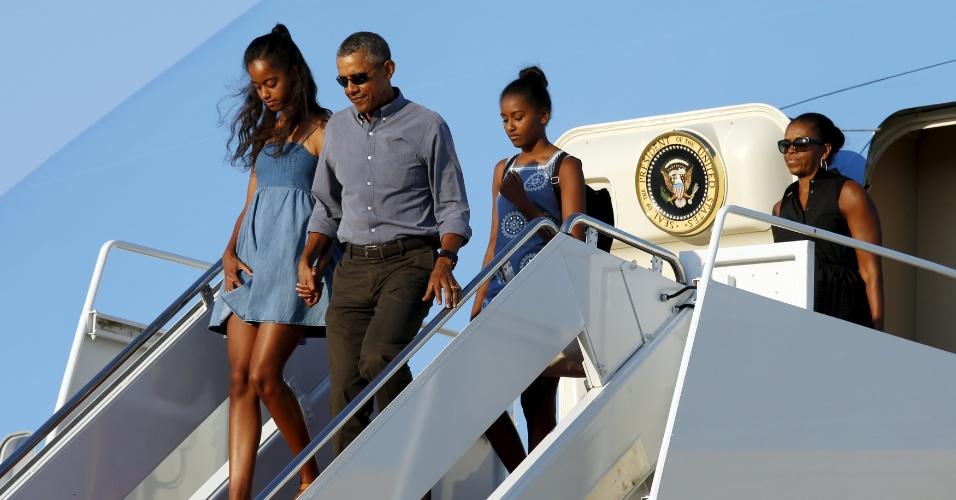 23.ago.2015 - Fim de férias para a família Obama. Ao lado das duas filhas e da mulher, Michelle, o presidente americano Barack Obama retornou neste domingo (23) a Washington após duas semanas de lazer e descanso em Martha's Vineyard, ilha situada na costa nordeste dos Estados Unidos