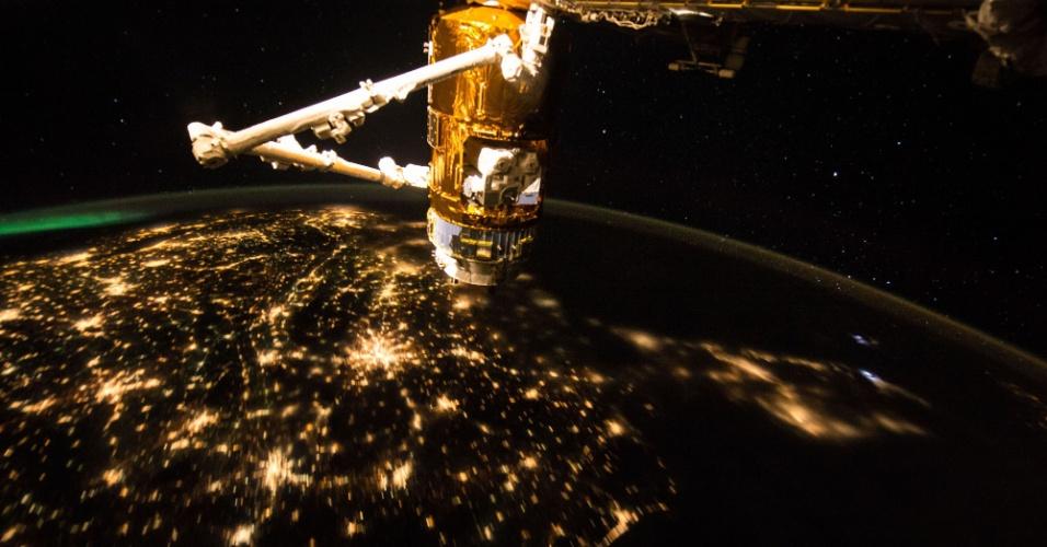 21.set.2015 - O astronauta da Nasa Scott Kelly tirou essa foto a bordo da ISS (Estação Espacial Internacional) que mostra grande parte dos Estados Unidos nas primeiras horas da manhã. Ele compartilhou a imagem no Twitter e escreveu