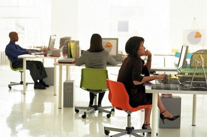 Pessoas sentadas em escritório