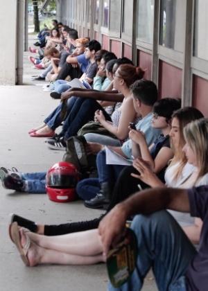 Candidatos aguardam o início da prova na Escola Politécnica da USP (Universidade de São Paulo)