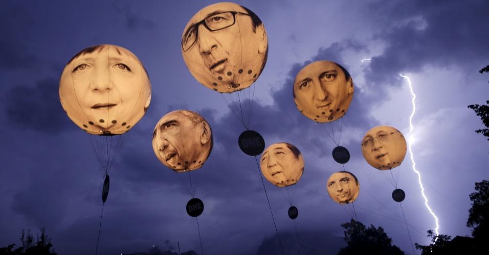 7.jun.2015 - Raio atinge as montanhas alpinas sobre Garmisch-Partenkirchen com balões inflados descrevendo líderes dos países do G-7, na Alemanha