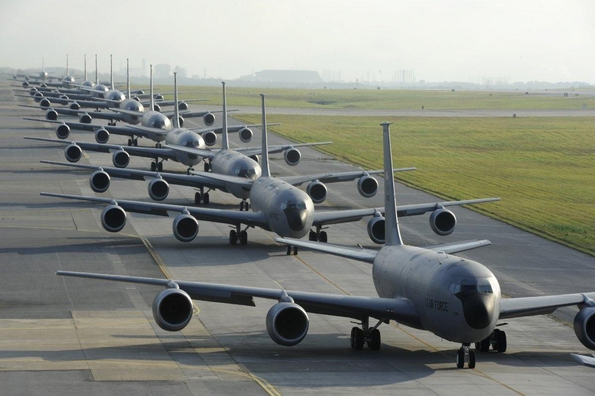 13.jan.2016 - Durante um exercício da Força Aérea dos Estados Unidos, feito em abril de 2015, cerca de doze aeronaves KC-135 Stratotankers entregaram combustível em pleno ar para 50 outras aeronaves, na base aérea de Kadena, no Japão