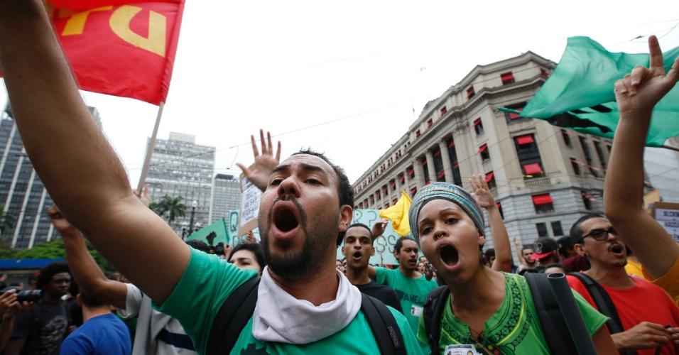 14.jan.2016 - Manifestantes gritam palavras de ordem antes de ato convocado pelo MPL (Movimento Passe Livre), em frente ao Theatro Municipal, no centro de São Paulo, contra o aumento da tarifa do transporte público em São Paulo. O grupo faz dois protestos simultâneos, um no Theatro Municipal (centro) e outro no largo da Batata, em Pinheiros (zona oeste)