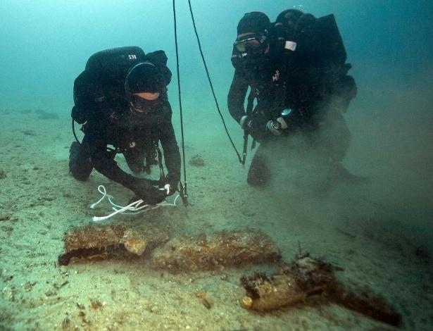 2.fev.2016 - Mergulhadores encontram cerca de cinquenta escudos da Segunda Guerra Mundial, em Marselha, sul da França. Oficiais da Marinha verificam se pode haver algum explosivo inteiro no local