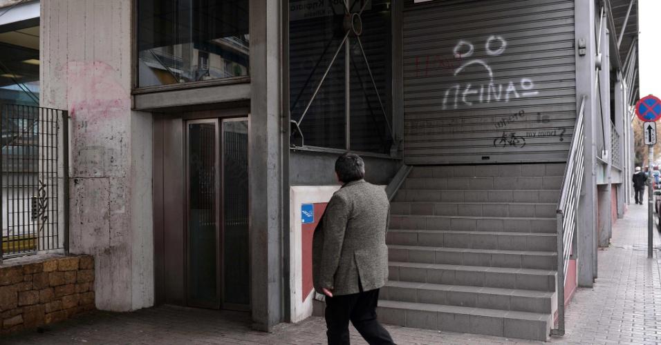 4.fev.2016 - Homem observa estação de trem fechada em Atenas, durante uma greve geral de 24 horas. Uma greve geral foi convocada na Grécia contra a revisão de pensão e aposentadorias anunciado pelo governo de Alexis Tsipras