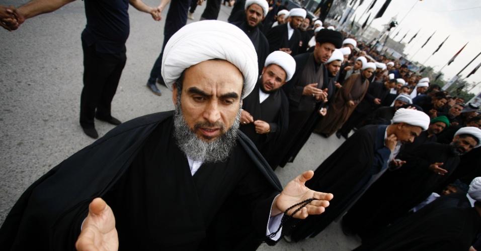 13.mar.2016 - Muçulmanos apoiadores do aiatolá iraquiano Muhammad al-Yaqubi participam de cerimônia religiosa em Najaf, na região central do Iraque, em memória ao aniversário de morte de Fátima, filha do profeta Maomé