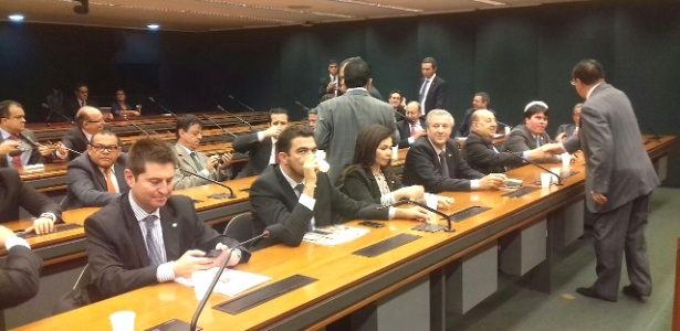 Deputados do PP durante reunião na Câmara dos Deputados para decidir a saída do governo Dilma Rousseff