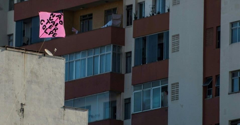 17.abr.2016 - Uma pipa é vista em Belo Horizonte (MG), com mensagem contra o impeachment da presidente Dilma Rousseff. A sessão em que os deputados vão votar se afastam Dilma já começou
