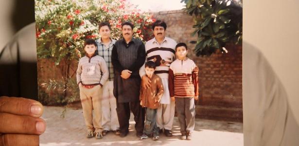 19.abr.2016 - Shakil Afridi (centro) em foto de família exibida pelo seu irmão, Jamil
