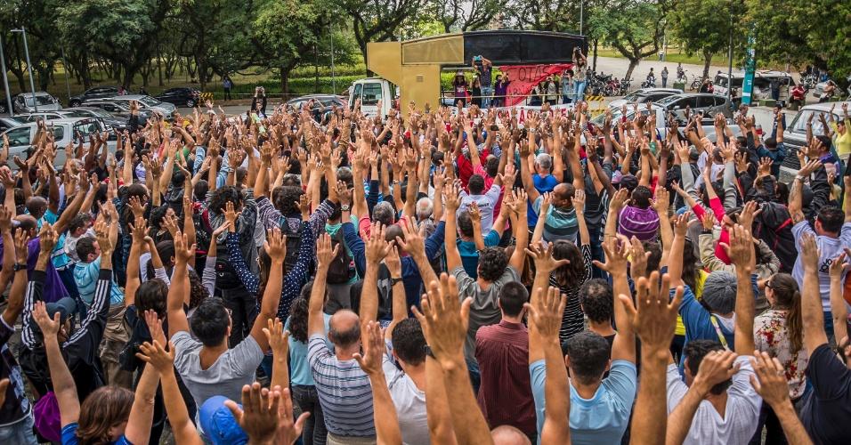 05.mai.2016 - Em assembleia geral realizada na Cidade Universitária, funcionários da USP aprovam greve geral por tempo indeterminado a partir do dia 12 de maio