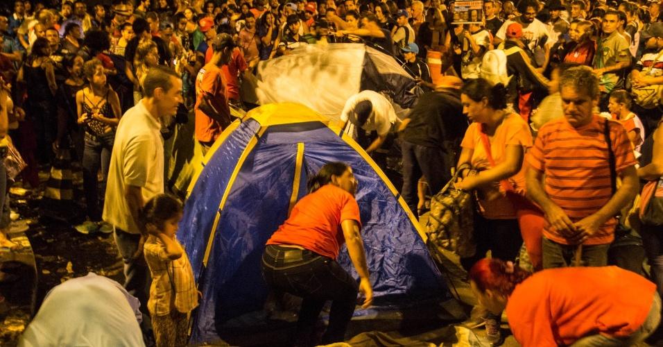 22.mai.2016 - Após protesto contra o governo de Michel Temer, manifestantes montam acampamento nas ruas próximas à casa do presidente interino, no bairro de Alto de Pinheiros, em São Paulo. Apesar do bloqueio feito pela polícia, líderes do ato afirmaram que os manifestantes não pretendiam sair brevemente do local