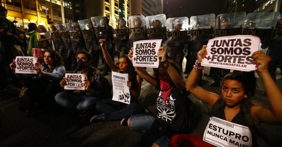 """1º.jun.2016 - Manifestantes protestam em frente a cordão policial durante o ato """"Por todas Elas"""", contra a cultura do estupro e a violência praticada contra as mulheres, na avenida Paulista, em São Paulo"""