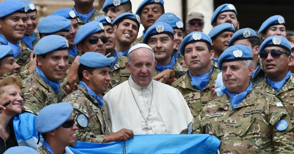 15.jun.2016 - Papa Francisco posa para fotos com soldados compatriotas que fazem parte da Força de Paz da ONU (Organização das Nações Unidas) em Chipre, ao final da audiência geral semanal realizada na Praça de São Pedro, no Vaticano