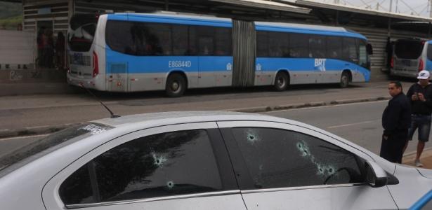 Ônibus do BRT que estava no local foi atingido por, pelo menos, 12 tiros