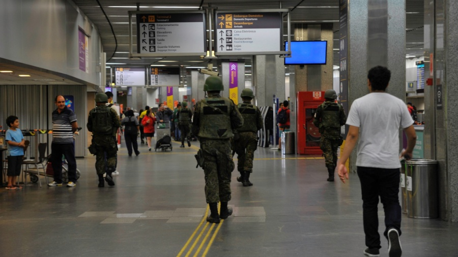 A segurança do aeroporto do Galeão, no Rio de Janeiro - Marcelo Lopes / Agência Fotoarena / Agência O Globo