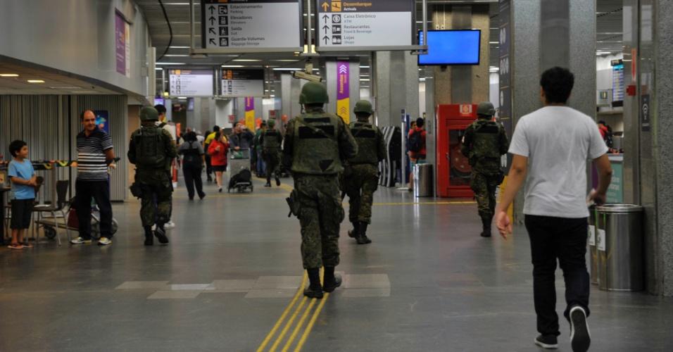 26.jul.2016 - A segurança do aeroporto do Galeão, no Rio de Janeiro, é reforçada por soldados da Aeronáutica e pela Polícia Federal devido à proximidade do início das Olimpíadas