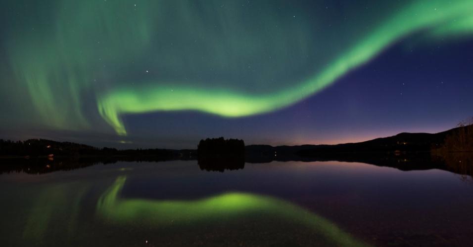 24.ago.2016 - Aurora Boreal ou Luzes do Norte iluminam o céu noturno na vila de Erikslund em Västernorrland na Suécia