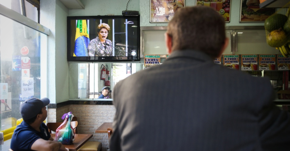 29.ago.2016 - População acompanha discurso de defesa da presidente afastada Dilma Rousseff aos senadores durante julgamento final do processo de impeachment no Senado, em São Paulo
