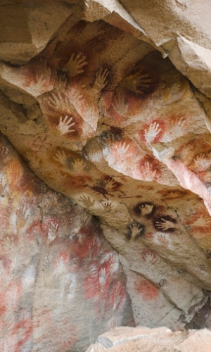 Estêncil de mãos feitas há mais de 2.500 anos cobrem as paredes da Cueva de las Manos, na patagônia argentina. A técnica permite estampar desenhos ou figuras geométricas nas superfícies. A impressão estêncils de mãos e pés em paredes de cavernas existe em todos os continentes. As mais antigas marcas foram feitas há pelo menos 30 mil anos