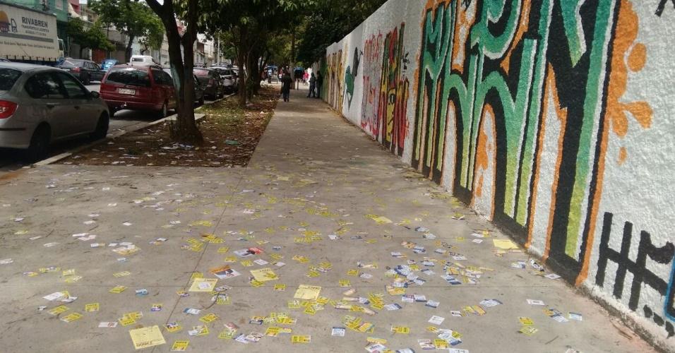 2.out.2016 - Santinhos no chão no entorno da Escola Estadual Professor Haroldo Azevedo, na Avenida Anhaia Mello, zona leste de São Paulo