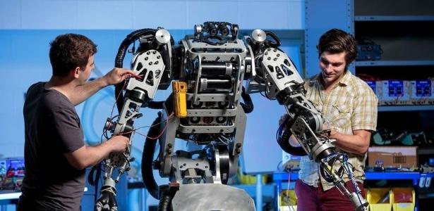 Engenheiros da Kindred trabalham em robô