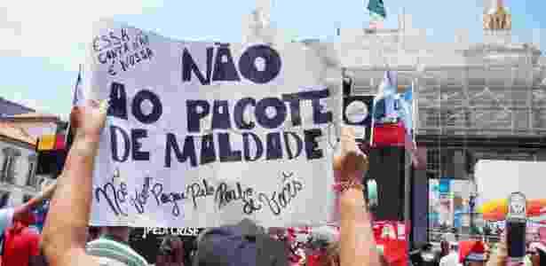 Servidores públicos protestam em frente à Alerj contra a corrupção no Rio e as medidas anticrise propostas pelo governador Luiz Fernando Pezão - COELHO/FRAMEPHOTO/FRAMEPHOTO/ESTADÃO CONTEÚDO