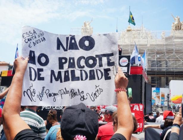 Servidores públicos protestam em frente à Alerj contra a corrupção no Rio e as medidas anticrise propostas pelo governador Luiz Fernando Pezão