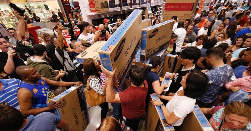 24.nov.2016 - Promoções da Black Friday começaram a atrair clientes antes mesmo da sexta-feira. Consumidores lotaram um supermercado na zona sul de São Paulo na noite de quinta-feira (24) em busca de descontos