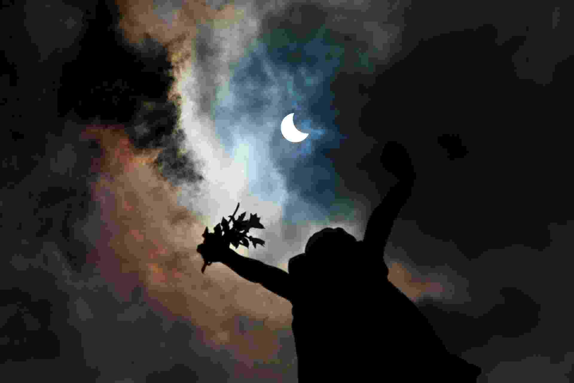26.fev.2017 - Eclipse parcial do sol visto do Mosteiro de São Bento, no centro da cidade de São Paulo, na manhã deste domingo, 26 - Hélvio Romero/Estadão Conteúdo