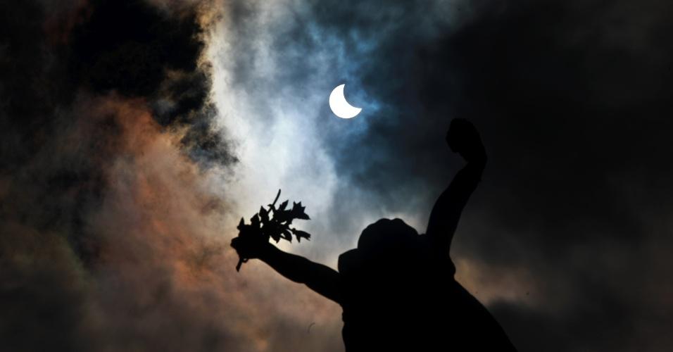 26.fev.2017 - Eclipse parcial do sol visto do Mosteiro de São Bento, no centro da cidade de São Paulo, na manhã deste domingo, 26