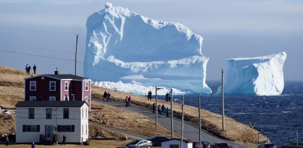 Iceberg se aproxima da cidade de Ferryland, em Newfoundland