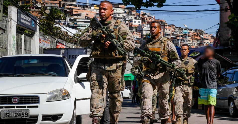 25.abr.2017 - Policiais do Bope (Batalhão de Operações Policiais) realizaram uma operação para reprimir o tráfico de drogas nas comunidades do Complexo do Alemão, na zona norte do Rio de Janeiro. A região sofre há cinco dias com confrontos constantes. Ao menos 4 pessoas morreram