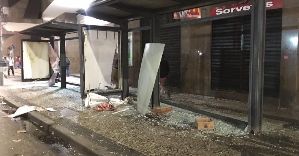 28.abr.2017 - Pontos de ônibus foram destruídos durante confronto de manifestantes com a PM no centro do Rio de Janeiro, nesta sexta-feira