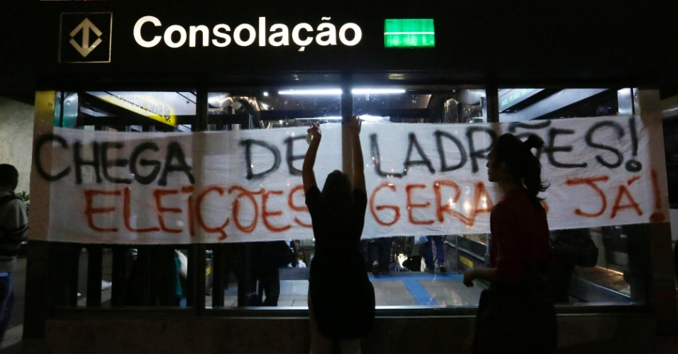 Manifestantes colocam faixas pedindo a saída do presidente Michel Temer e eleições diretas na fachada da estação Consolação, na avenida Paulista, região central de São Paulo. O local fica em frente ao escritório da Presidência da República