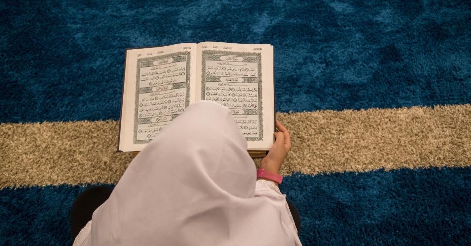 7.jun.2017 - Mulher lê o livro sagrado no interior da Mesquita Brasil, em São Paulo, durante o Ramadã