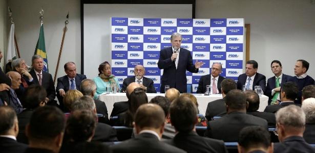 Senador Tasso Jereissati (em pé) acredita que PSDB está na direção de deixar o governo - Divulgação/PSDB