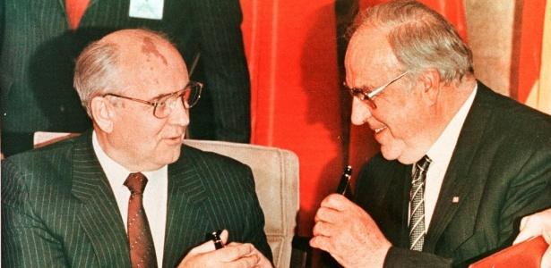 Helmut Kohl (dir.) ao lado de outro personagem histórico da queda do muro de Berlim, Mikhail Gorbachev, enquanto os dois assinam contrato na cidade alemã de Bonn, em 1990