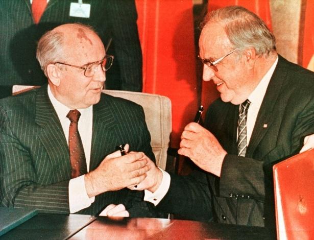Ex-líder soviético, Mikhail Gorbachev, na esquerda e o chanceler alemão Helmut Kohl trocam canetas após assinarem contrato em Bonn, na Alemanha
