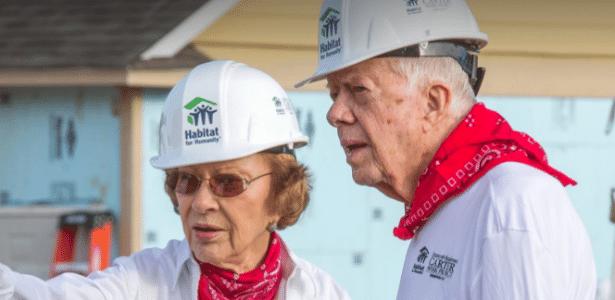 13.jul.2017 - O ex-presidente dos EUA Jimmy Carter passou mão enquanto trabalhava com a Habitat for Humanity no Canadá