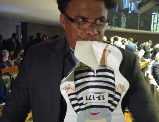 """02.ago.2017 - Deputado Wladimir Costa (SD-PA) assopra """"pixuleco"""" de Lula durante votação de denúncia contra Temer na Câmara"""