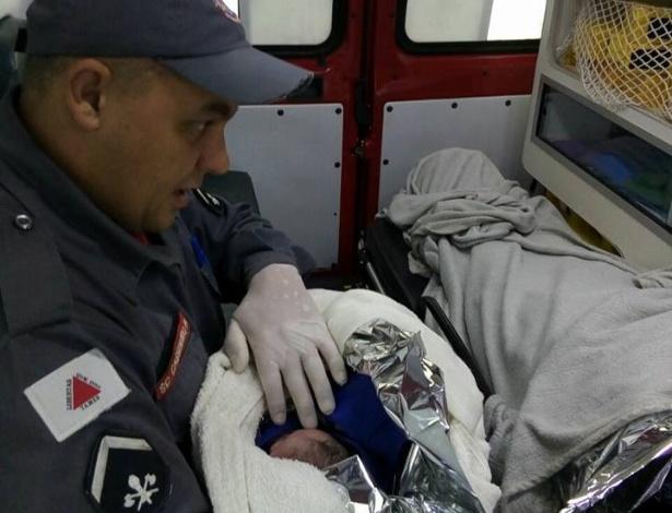 Bombeiros ajudaram mulher em trabalho de parto; mãe ficou surpresa com nascimento - Corpo de Bombeiros de Araguari/Divulgação