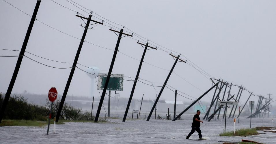 26.ago.2017 - Homem caminha em área alagada após a passagem do furacão Harvey em Rockport, no Texas