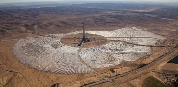 A Usina de Ashalim, em construção, em Israel Image caption Usina de Ashalim ficará pronta no primeiro trimestre de 2018