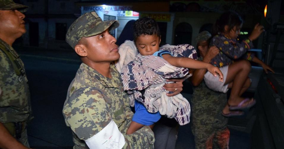8.set.2017 - Soldados ajudaram os trabalhos de evacuação de moradores em Puerto Madero, no litoral do Estado de Chiapas, no México