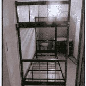 Estas são as celas de isolamento. O máximo de tempo que os policiais permanecem nelas são 30 dias - Reprodução/MNPCT