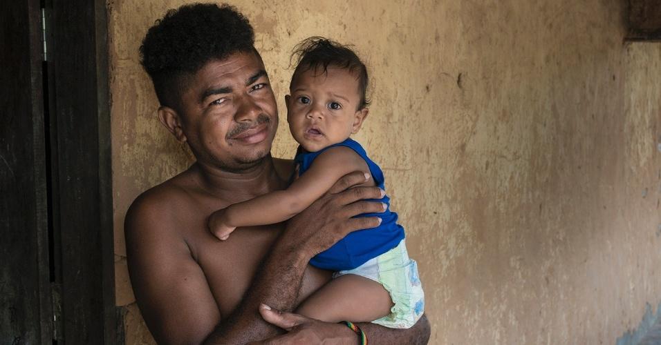 O líder quilombola, Gil, com a filha Mayla. Apesar do sucesso da escola, as novas gerações enfrentam as ameaças do trabalho infantil e análogo ao de escravo