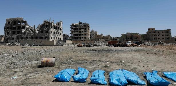 Corpos encontrados em vala comum em Raqqa, cidade síria que foi dominada pelo Estado Islâmico - Delil souleiman/AFP Photo
