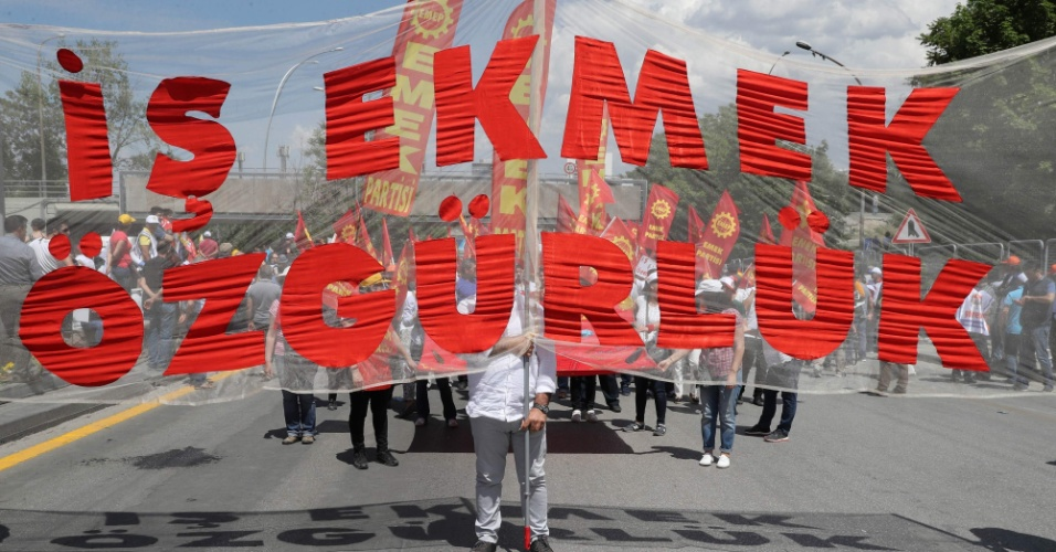 """Turquia: """"Pão, trabalho e liberdade"""" diz cartaz carregado por manifestantes no 1º de maio de 2018 em Ankara, a capital. Em Istambul, manifestantes que tentaram ocupar a Praça Taksim foram presos"""